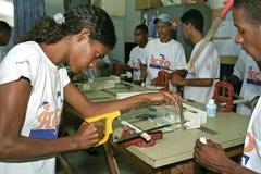 De jonge dame leert de ambachtmonteur bij technische school Stock Afbeeldingen
