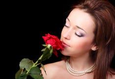 De jonge dame met rood nam toe Royalty-vrije Stock Afbeelding