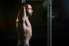 De jonge de Spieren Dubbele Bicepsen van de Bodybuilderverbuiging stellen Royalty-vrije Stock Fotografie