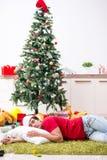 De jonge die man thuis na Kerstmispartij wordt gedronken royalty-vrije stock afbeeldingen