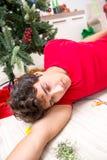 De jonge die man thuis na Kerstmispartij wordt gedronken stock foto's