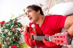 De jonge die man thuis na Kerstmispartij wordt gedronken stock fotografie