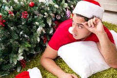 De jonge die man thuis na Kerstmispartij wordt gedronken royalty-vrije stock foto