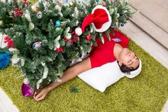 De jonge die man thuis na Kerstmispartij wordt gedronken royalty-vrije stock foto's