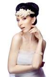 De jonge die vrouw op witte studioachtergrond wordt geïsoleerd kleedde zich in de kaap van organza en mooie tiara Stock Afbeelding