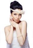 De jonge die vrouw op witte studioachtergrond wordt geïsoleerd kleedde zich in de kaap van organza en mooie tiara Stock Fotografie