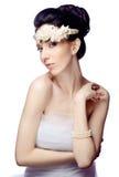 De jonge die vrouw op witte studioachtergrond wordt geïsoleerd kleedde zich in de kaap van organza en mooie tiara Royalty-vrije Stock Foto