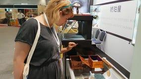 De jonge die vrouw woont een tentoonstelling van juwelen bij van amber wordt gemaakt stock footage
