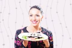 De jonge donkerbruine mooie plaat van de vrouwenholding van sushi Royalty-vrije Stock Fotografie
