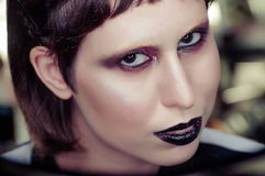 De jonge donkerbruine vrouw die met zwarte lippen kijkt in camera toenemen Ondiepe Diepte van Gebied Stock Afbeelding