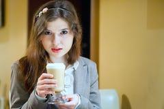 De jonge donkerbruine vrouw drinkt coffe Royalty-vrije Stock Foto's