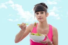 De jonge donkerbruine vrouw eet salade Royalty-vrije Stock Foto