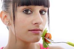 De jonge donkerbruine vrouw eet salade, omhoog sluit Royalty-vrije Stock Fotografie