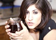De jonge Donkerbruine Vrouw geniet van Haar Koffie royalty-vrije stock afbeelding