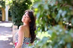 De jonge donkerbruine vrouw loopt in een park Stock Foto's