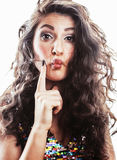 De jonge donkerbruine vrouw met krullend kapsel in luim glamur kleedt zich Royalty-vrije Stock Foto