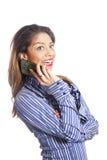 De jonge donkerbruine vrouw van gemengde race glimlacht en houdt mobiele telefoon Stock Foto