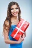 De jonge doos van de greep rode giet van de glimlachvrouw met wit lint Stock Foto