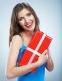 De jonge doos van de greep rode giet van de glimlachvrouw met wit lint Royalty-vrije Stock Foto