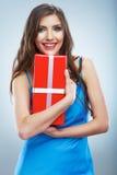 De jonge doos van de greep rode giet van de glimlachvrouw met wit lint Stock Foto's