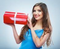 De jonge doos van de greep rode giet van de glimlachvrouw met wit lint Stock Fotografie