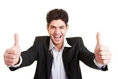 De jonge duimen van de bedrijfsmensenholding Stock Foto's