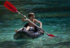 De jonge Eerste Keer Kayaking van de Jongen Stock Afbeeldingen