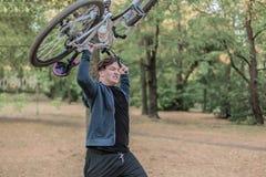 De jonge emotionele cuacasian mens verplettert de fiets royalty-vrije stock foto