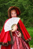 De jonge en mooie animator van de meisjeskunstenaar in traditionele oude kostuum Russische jonge dames om gasten welkom te heten Royalty-vrije Stock Foto's