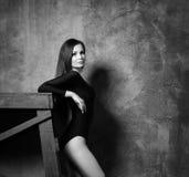 De jonge en mooie mannequin stelt De geschikte en sportieve vrouw danst Royalty-vrije Stock Fotografie