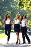 De jonge en mooie meisjes hebben pret in park Stock Afbeeldingen