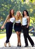 De jonge en mooie meisjes hebben pret in park Royalty-vrije Stock Foto's