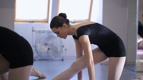 De jonge en mooie vrouw rekt zich in modelschool uit stock videobeelden