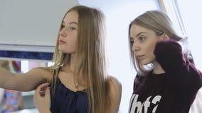 De jonge en mooie vrouwen maken selfie in modelschool stock videobeelden