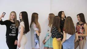 De jonge en mooie wijfjes spreken in modelschool stock videobeelden