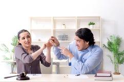 De jonge familie in het concept van de huwelijksscheiding stock foto's