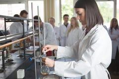 De jonge farmaceutische onderzoeker van de geneeskundeontwikkelaar ChemistUniversityprofessor van het vrouwengenie intern Het ont royalty-vrije stock foto's