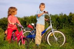 De jonge fietsers rusten op het gebied Stock Foto's