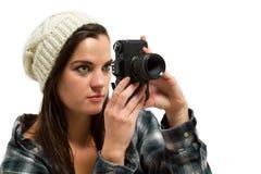 De jonge fotograaf kijkt door camerabeeldzoeker Royalty-vrije Stock Fotografie