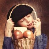 De jonge Franse jongen die zwarte baret dragen koestert mand met onio stock afbeelding