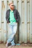 De jonge gebaarde mens met dient zakken in Stock Foto