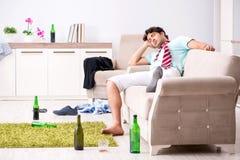 De jonge gedronken knappe man na partij thuis stock fotografie