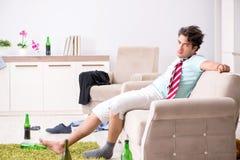 De jonge gedronken knappe man na partij thuis stock afbeeldingen