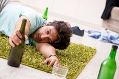De jonge gedronken knappe man na partij thuis stock foto