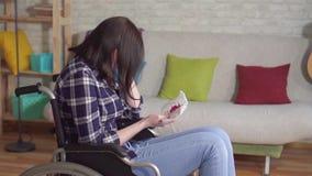 De jonge gehandicapte vrouw in een rolstoel hoest met bloed stock footage