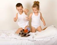 De jonge geitjes die met a ktten en garenballen spelen Royalty-vrije Stock Foto's