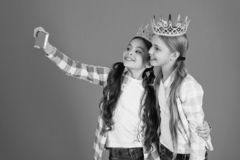 De jonge geitjes dragen de gouden prinses van het kronensymbool Waarschuwingsborden van verwend kind Vermijd fokkend bedorven jon royalty-vrije stock foto