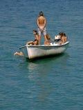 De jonge geitjes drijven de boot Royalty-vrije Stock Foto's