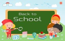 De jonge geitjes en het bord, de Kinderen en de raad, jonge geitjesonderwijs, onderwijsconcept, terug naar schoolmalplaatje met j Royalty-vrije Stock Afbeeldingen