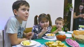De jonge geitjes eten stock video